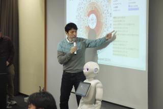大浦さんがPepperの刻々変わるPepperの感情をダイアグラムとタイムラインで説明
