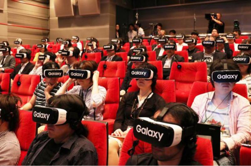 来場者約100名がVR動画を同時視聴体験する様子