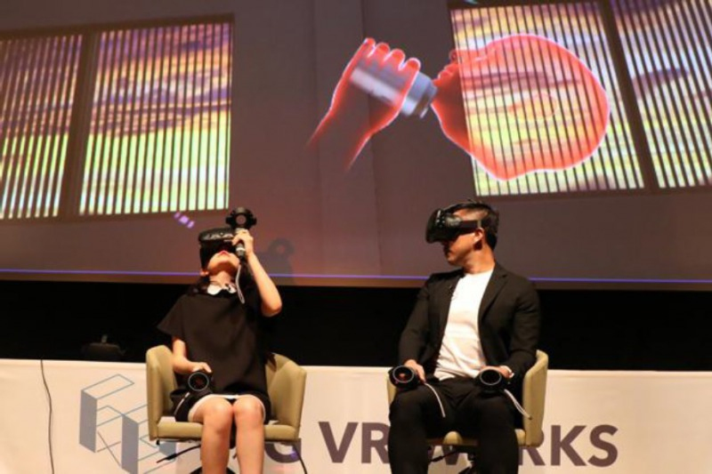 VR空間でジュースを飲む (左から)椎木里佳、前園真聖