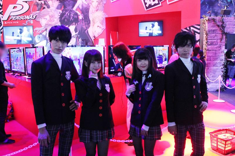 ビジネスデー1日目と同日発売のペルソナ5のブースでは主人公たちが通う学校の制服を着たコスプレイヤーさんたちが\u2026