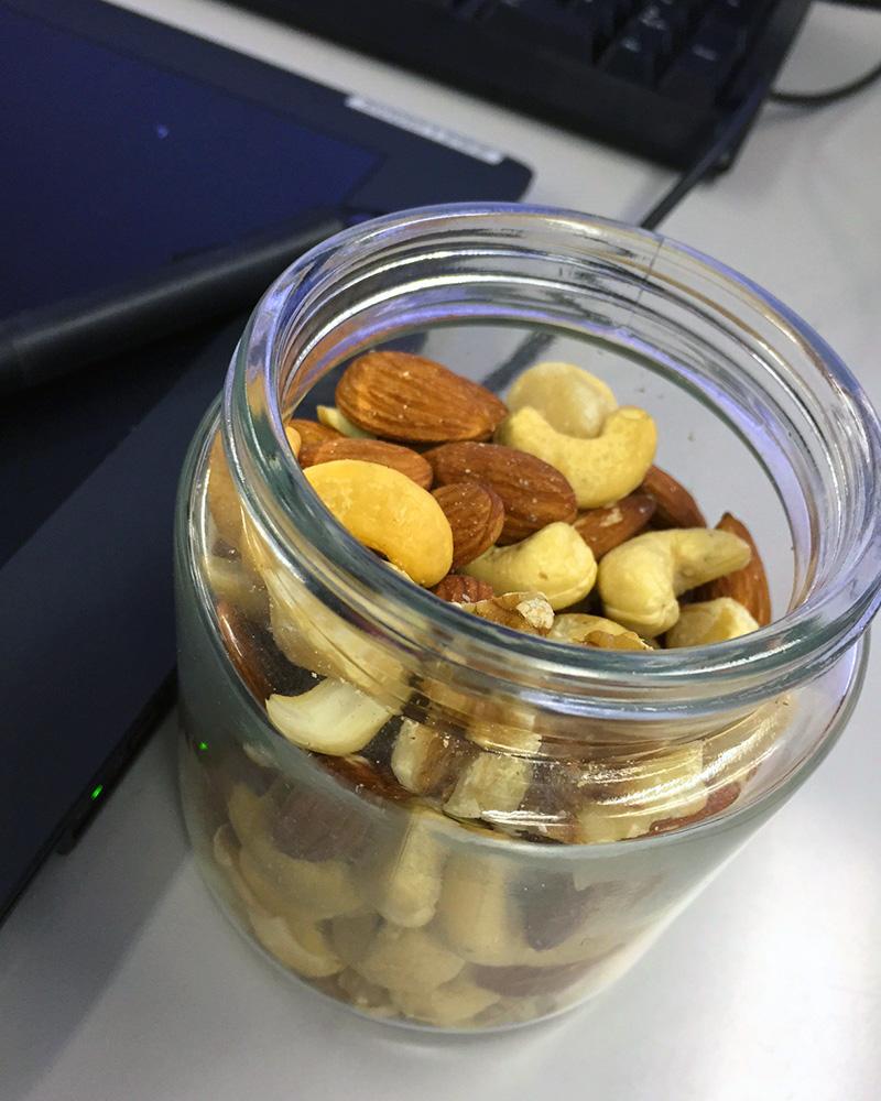 デスクワーク時の間食はナッツ類。栄養補給の要になっているそう
