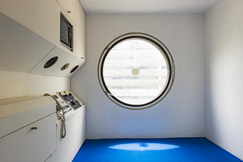 カプセルタワービルの特徴的な丸窓