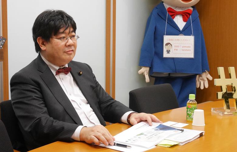 インタビューを受ける山田太郎氏