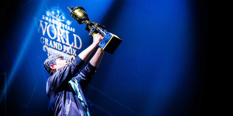 ※「Shadowverse World Grand Prix」で最も象徴的とされる、優勝者のトロフィーショット